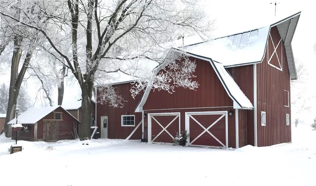 picture of a snowy barn